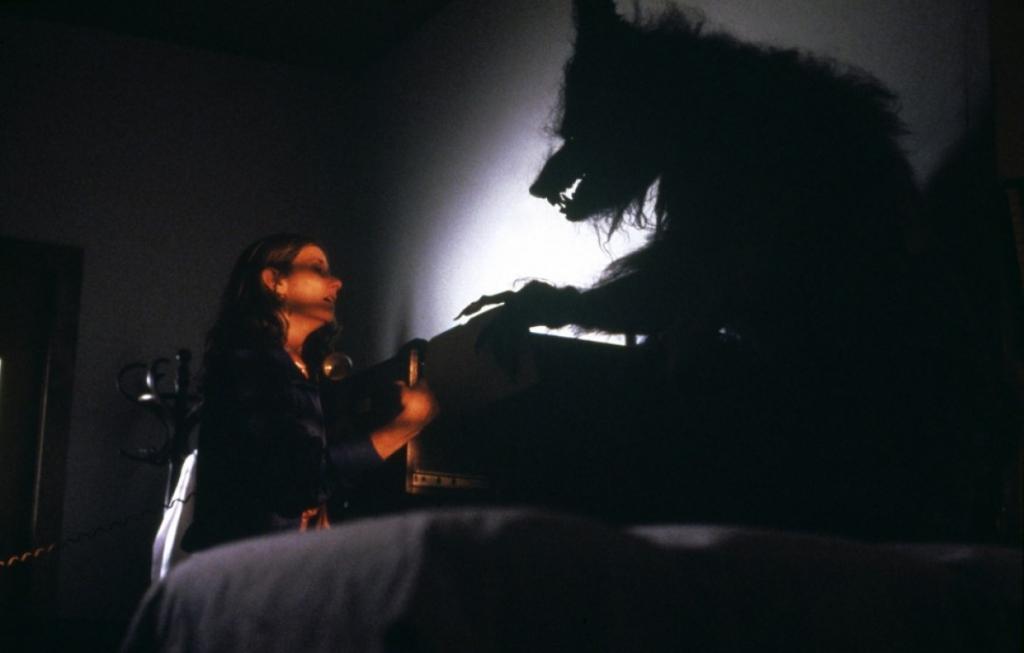 Hurlements est gratifié de quelques caméos : Mick Garris en publiciste, Roger Corman attendant que l'héroïne libère une cabine téléphonique, Forrest Ackerman portant un numéro de Famous Monsters sous le bras.